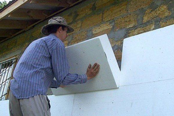 Плиты просто приклеиваются к стене, как на фото, и дополнительно прибиваются дюбелями.