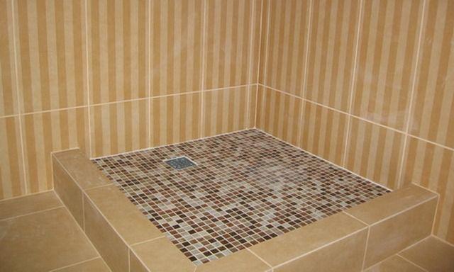 Самодельный поддон, облицованный мозаичной плиткой