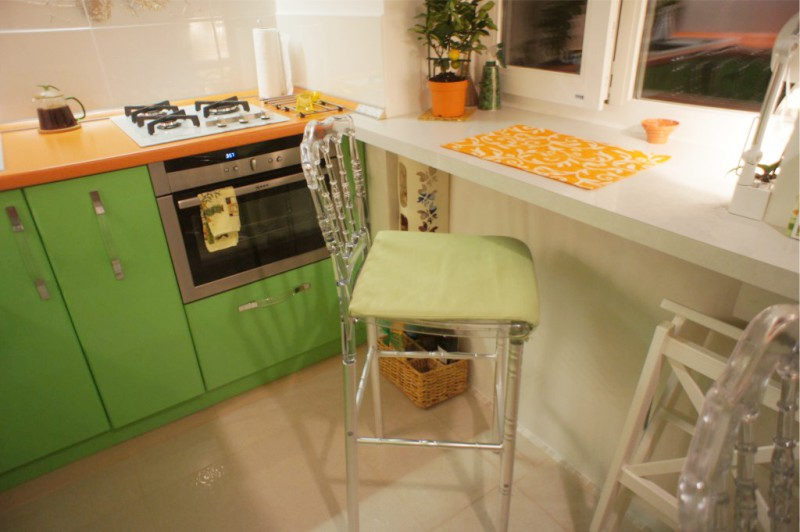 Подоконник-барная стойка на маленькой кухне