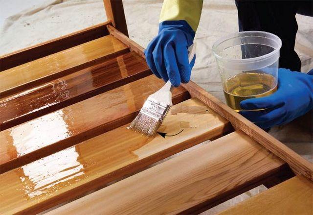 Деревянные детали лестницы следует покрыть лаком