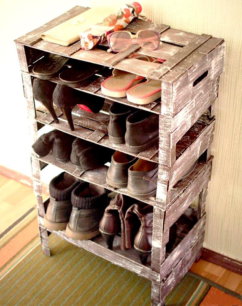 Ящики в качестве обувницы удобны, для их сборки не нужны ни молоток, ни гвозди — готовые изделия укладывают друг на друга в любом порядке