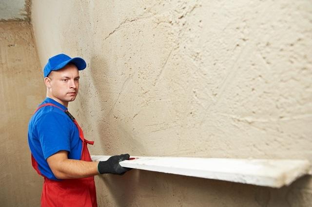 Если стена имеет сильные искривления, то не обойтись без нанесения выравнивающего штукатурного слоя