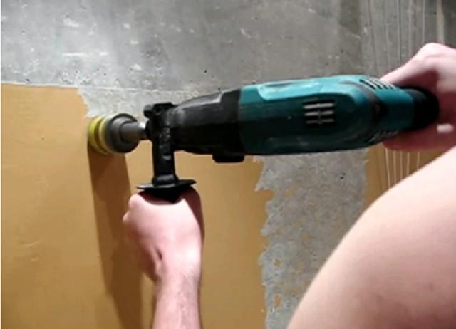 Очистка стены от краски с помощью электродрели с абразивной насадкой