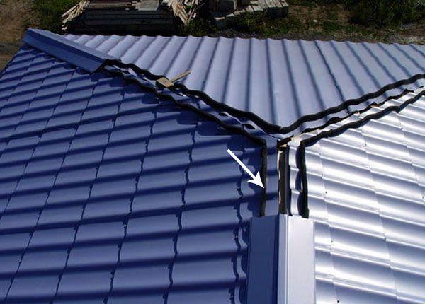 После уплотнителя монтируют конек, выполненный под цвет и по структуре сходной с металлочерепицей