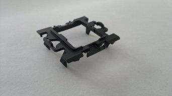 Прикладываем рамку каждого выключателя и закрепляем ее застежкой из комплекта