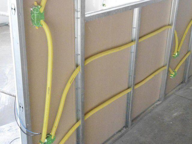 Разводка электрических кабелей внутри стены