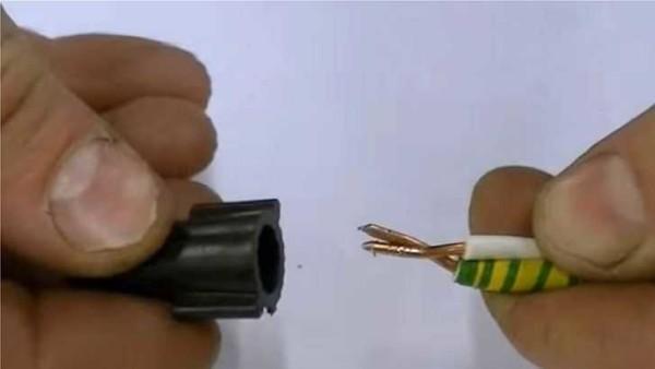 Соединение проводов при помощи колпачка