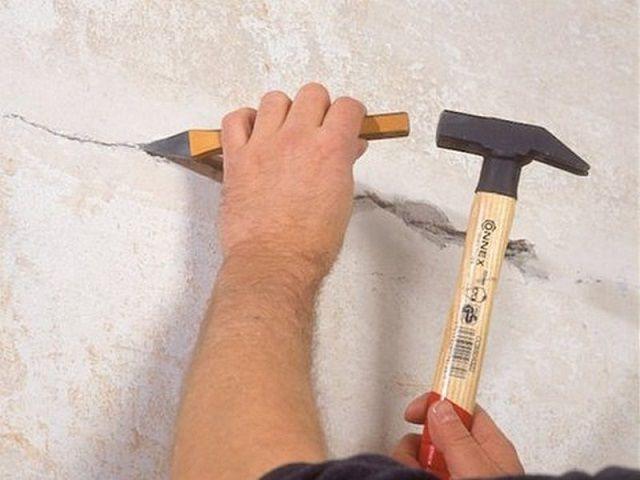 Расширение трещин на поверхности стены ...