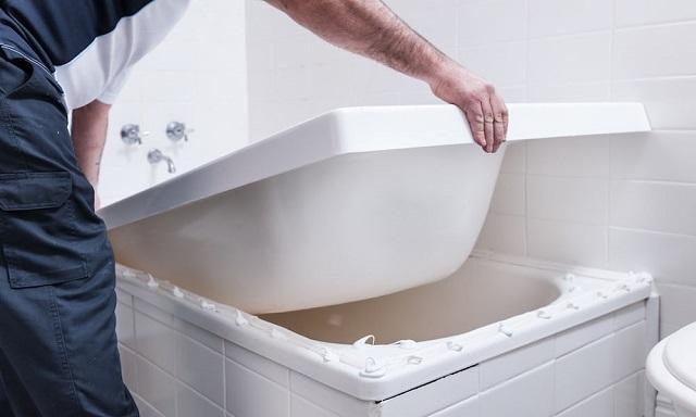 Вклеивание вкладки в чашу ванны на полимерный клей.