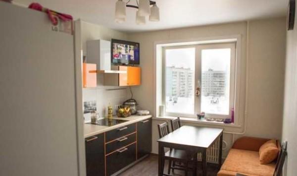 Последние штрихи - кухонный стол, стулья и диванчик. Ремонт кухни в хрущевке окончен