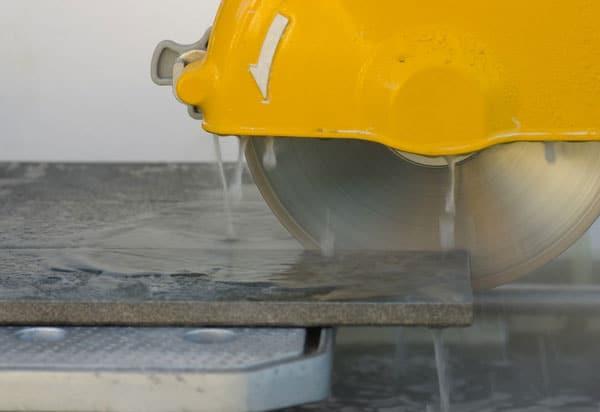 Резка плитки с подачей воды