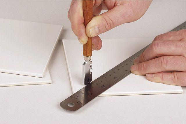 Опытные плиточники иногда обходятся и обычным стеклорезом