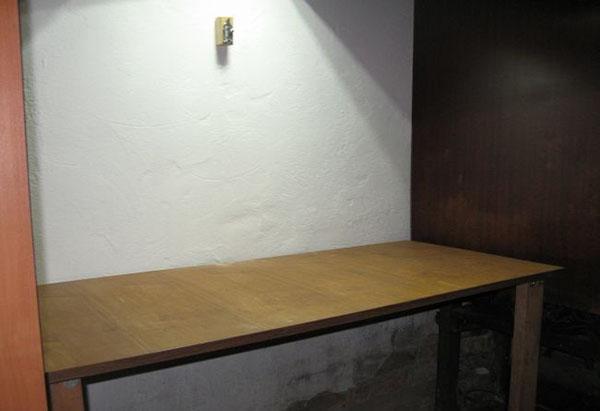 откидной стол в небольшом помещении
