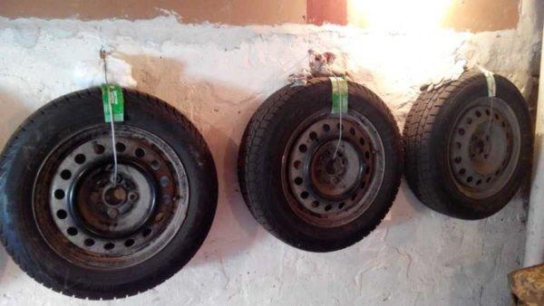 подвеска шин на стене