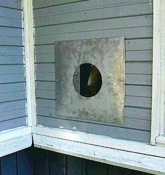 Вот так выглядит заделанный листом металла проход трубы через стену