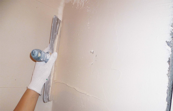 Шпаклевка позволяет устранить все неровности на стенах