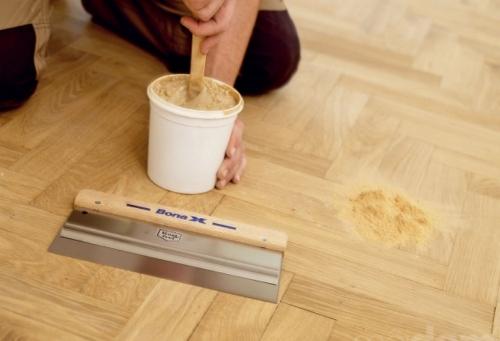 Смешивание шпаклевки для паркета с древесной пылью