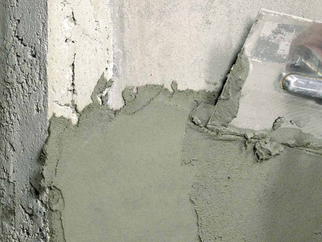 Оштукатуривание бетонной стены