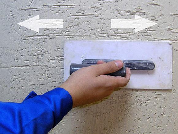 Нанесение штукатурки короед на стену