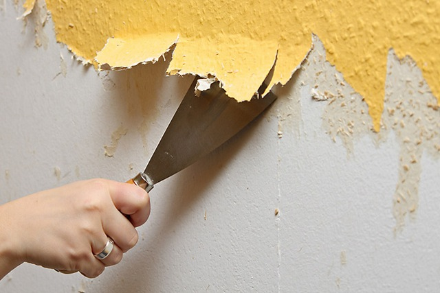 Краска, старые обои – все это не даст слою штукатурки достичь требуемого сцепления со стеной. Удаляется в обязательном порядке.