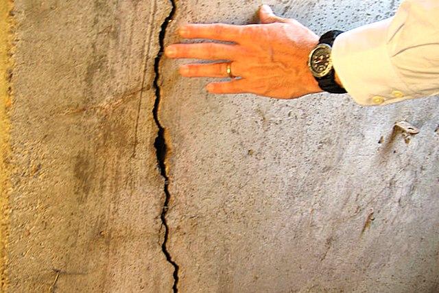 Наивно надеяться на то, что щели скроет новая штукатурка, и все будет нормально. Такие дефекты должны устраняться предварительно.