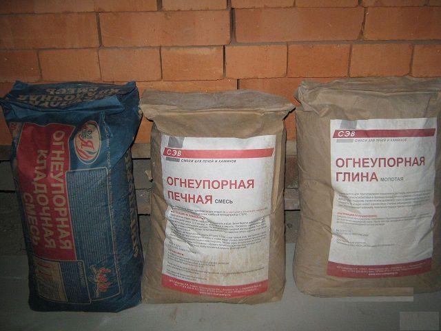В строительных магазинах можно поискать и высококачественную глину, и готовые смеси