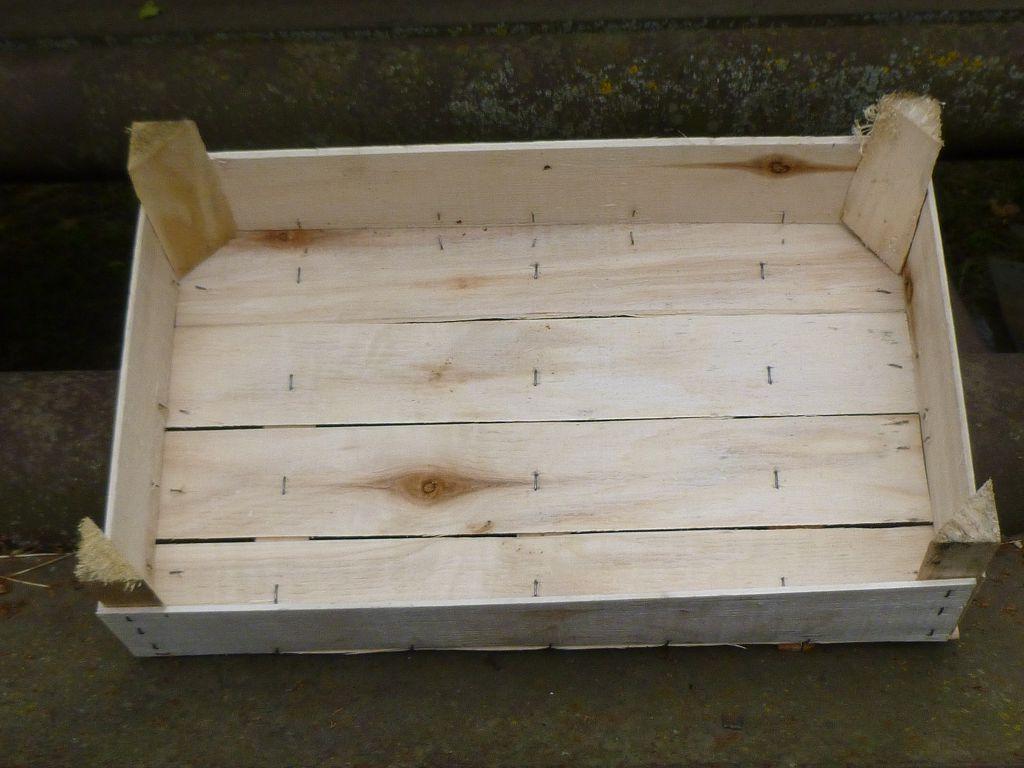 Сначала сделайте небольшой деревянный короб в виде открытого ящика