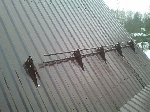 Снегозадержатели в виде труб на кронштейнах