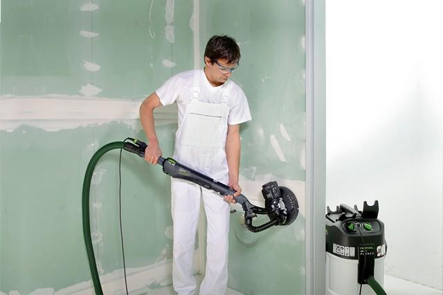 Подобные операции обычно сопровождаются массированным образованием пыли. Но только не в том случае, когда шлифовальный аппарат подключен к строительному пылесосу.