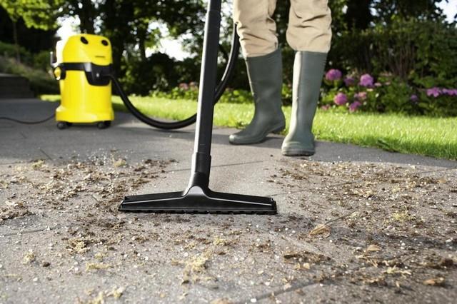 Даже уборка территории придомового участка может быть проведена с использованием строительного пылесоса