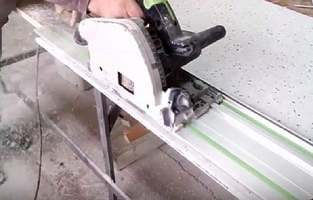Распил акрилового листа вертикальной циркулярной пилой с использованием направляющей шины.