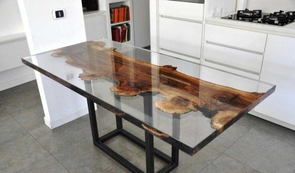 На такой стол из эпоксидной смолы и дерева надо много смолы