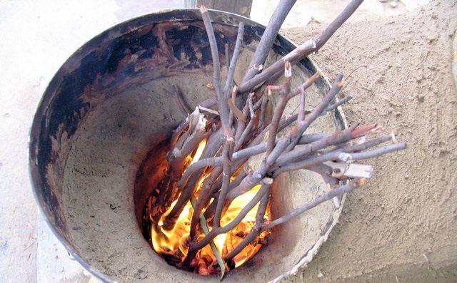 Для печи-ракеты подойдут любые дрова и даже тонкие ветки, но главное - чтобы они были сухими.