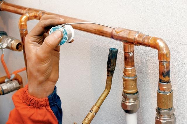 Сборка участка водопровода из медных труб с использованием технологии капиллярной пайки.