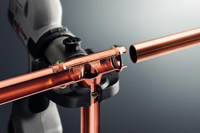 При профессиональной сборке систем водопровода или отопления из медных труб часто используется технология соединения в пресс фитингах с использованием специальных обжимных клещей.