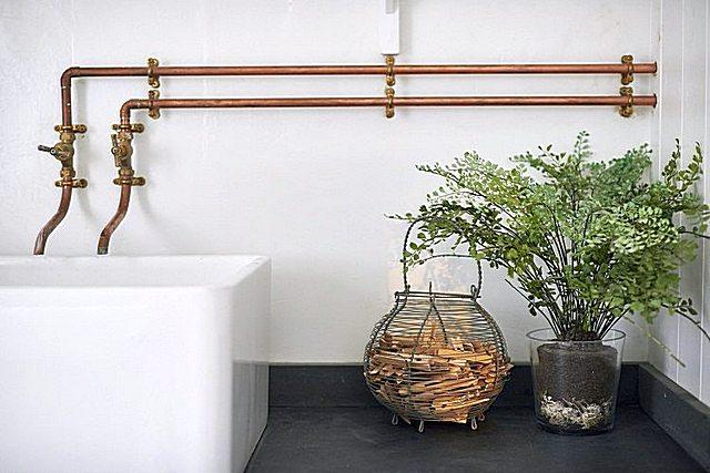 Медные трубы в данном интерьере ванной дополнительно к основной своей задаче превратились в своеобразный декоративный элемент.