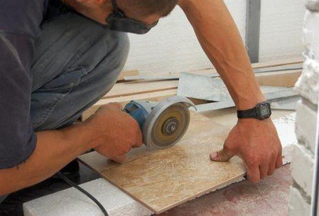Плитку можно,точно вырезать в размер с помощью шлифмашинки с алмазным кругом