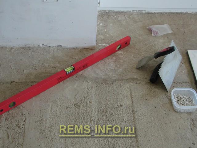 Инструмент для укладки плитки на пол.
