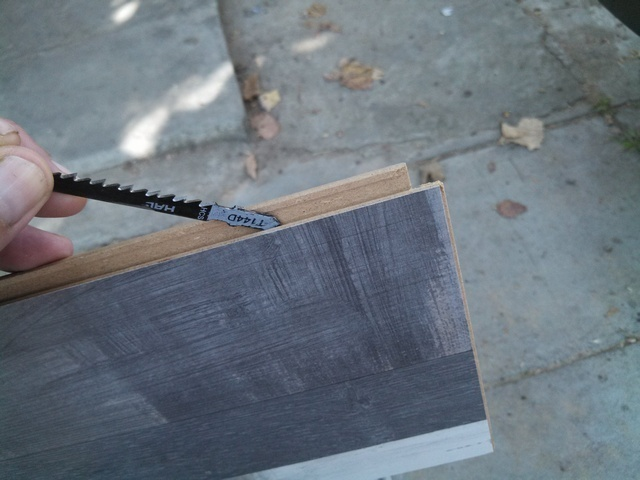 Проверка чистоты пазов замкового соединения ламинированной доски.