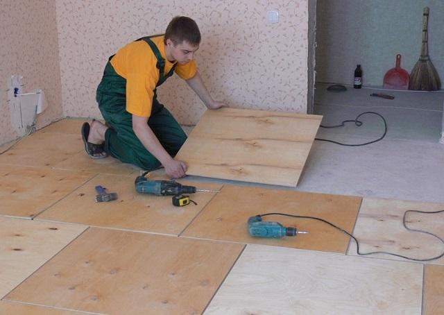 Мелкие недочеты бетонного пола отлично скроет слой качественной клееной фанеры, который уже затем станет основой для укладки паркетной доски