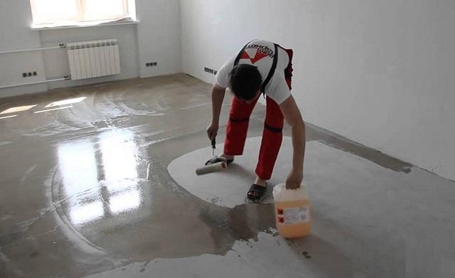 Что бы ни стелилось на бетонное основание – фанера или непосредственно сама паркетная доска, поверхность необходимо очень качественно прогрунтовать составом глубокого проникновения.