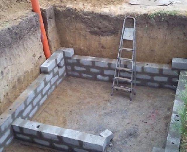 Безусловно, оптимальный вариант - устройство системы вентиляции еще при строительстве погреба