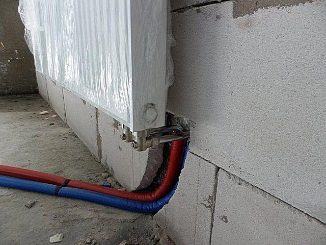 Использовать скрытое расположение труб отопительного контура с нижним подключением радиаторов в системе с естественной циркуляцией теплоносителя – невозможно