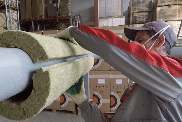 Работа с минеральной ватой всегда сопряжена с необходимостью соблюдать повышенные меры предосторожности.