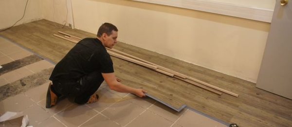 Для укладки кварцвиниловой плитки требуется идеально ровное основание