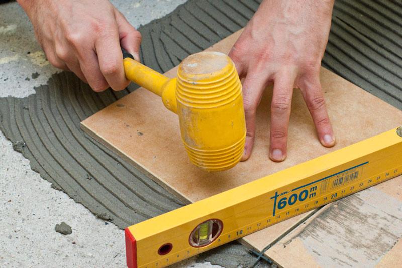 Выравнивание плитки киянкой