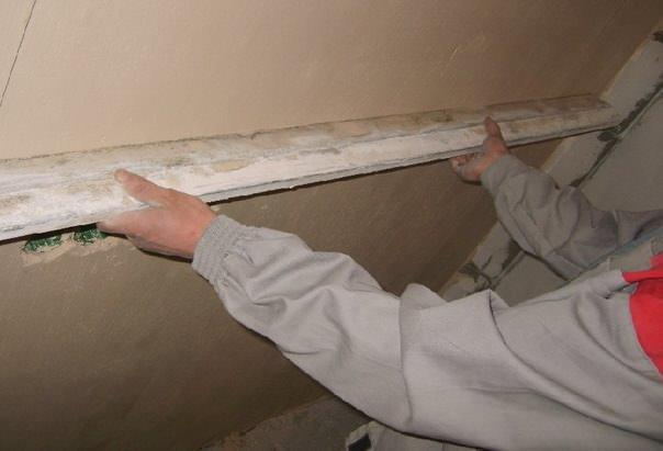 Для выравнивания стен, имеющих большие неровности или смещение, используется правило