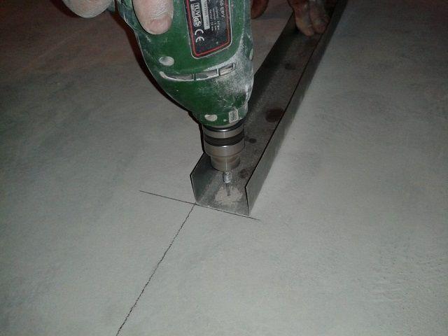 Сверление отверстий для крепления профиля к полу