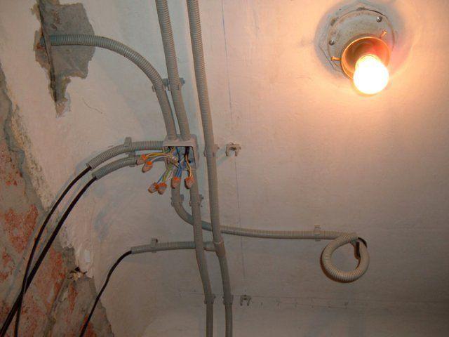 Потолок - отличное место для размещения электропроводки. Конечно, при условии дальнейшей его декоративной отделки