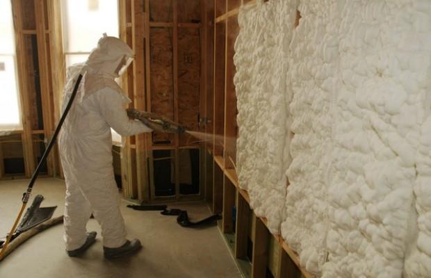 Профессионалы используют для распыления жидкого пенопласта специальную установку